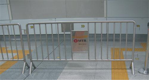 不锈钢铁马安装在车站
